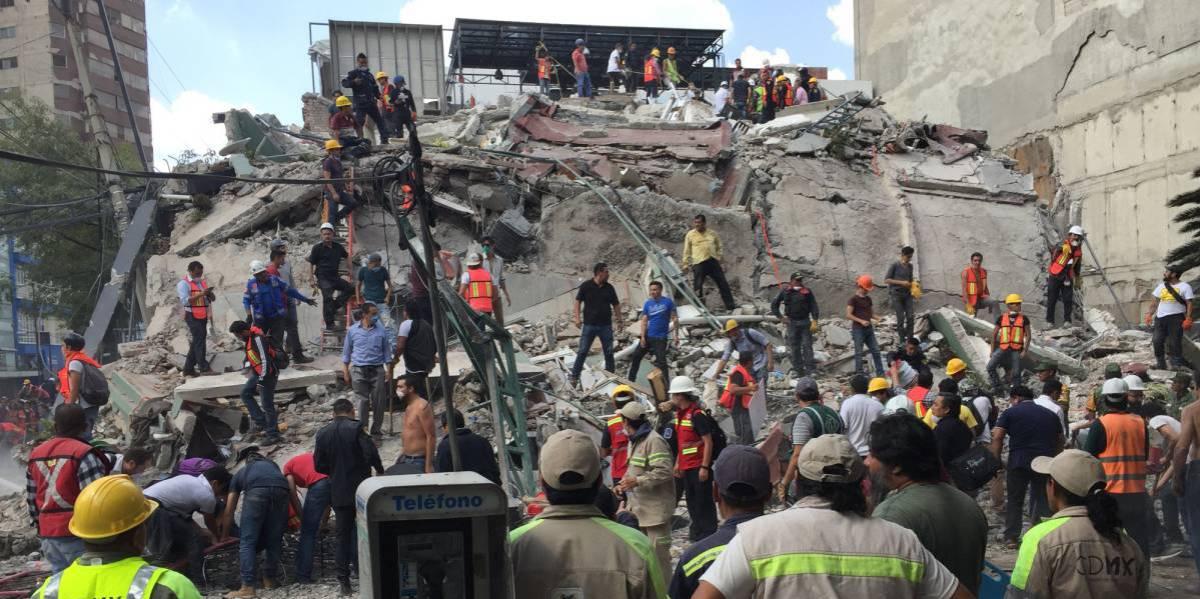 Equipos de rescate y voluntarios buscan supervivientes entre los escombros. (fuente)